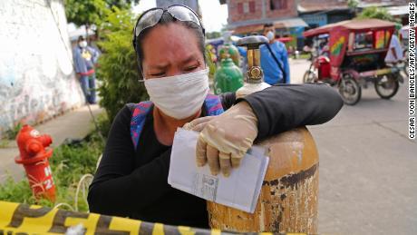 Peruaner schreien nach Sauerstoff, da das Coronavirus seinen Tribut fordert