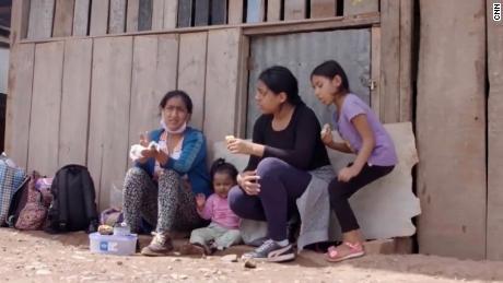 Maria Tambo, links, macht eine Pause mit ihren Kindern Melec, Amelie und Yacira.