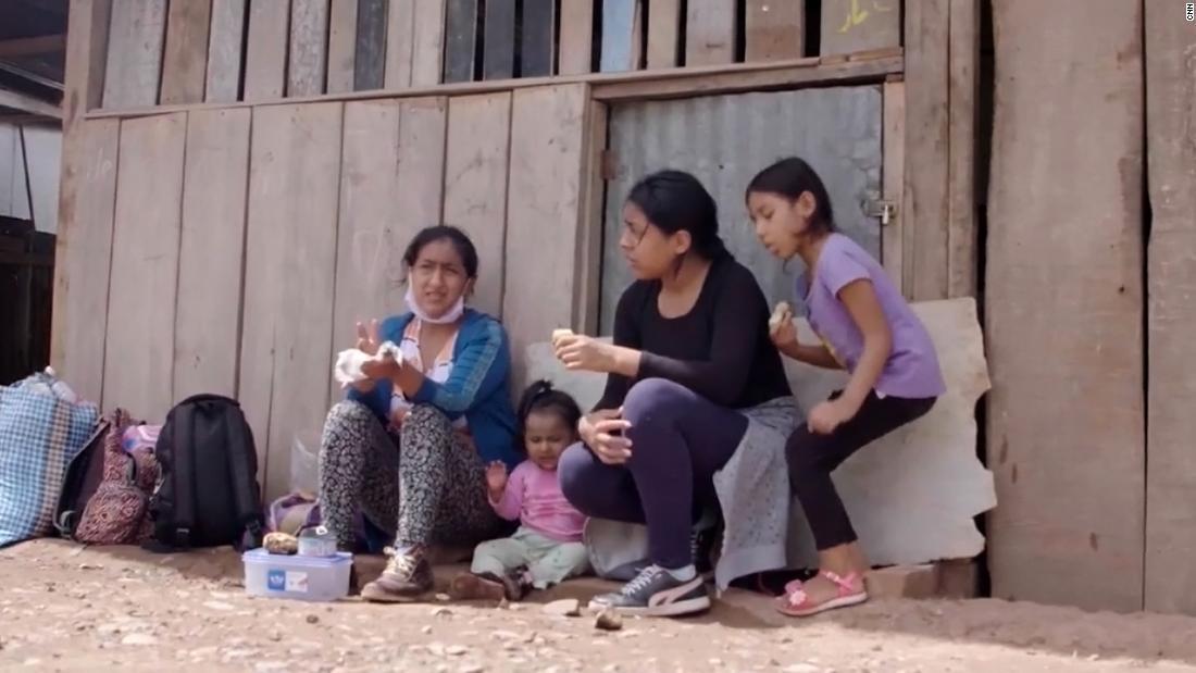 Nachdem Covid-19 Peru getroffen hatte, ging sie Hunderte von Kilometern nach Hause
