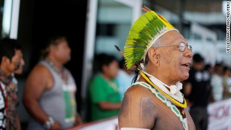 Paiakan bei einem Protest im Jahr 2016 abgebildet.
