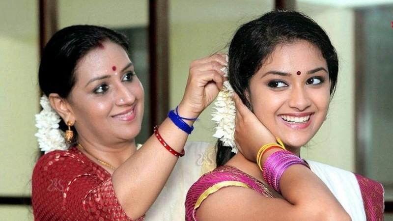 Keerthy Suresh mit ihrer Mutter Menaka