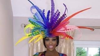 Lystra Adams mit einem mehrfarbigen Fascinator