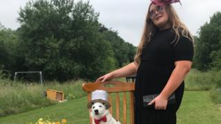 Aoife Byrne und Hund Louie saßen auf einem Stuhl