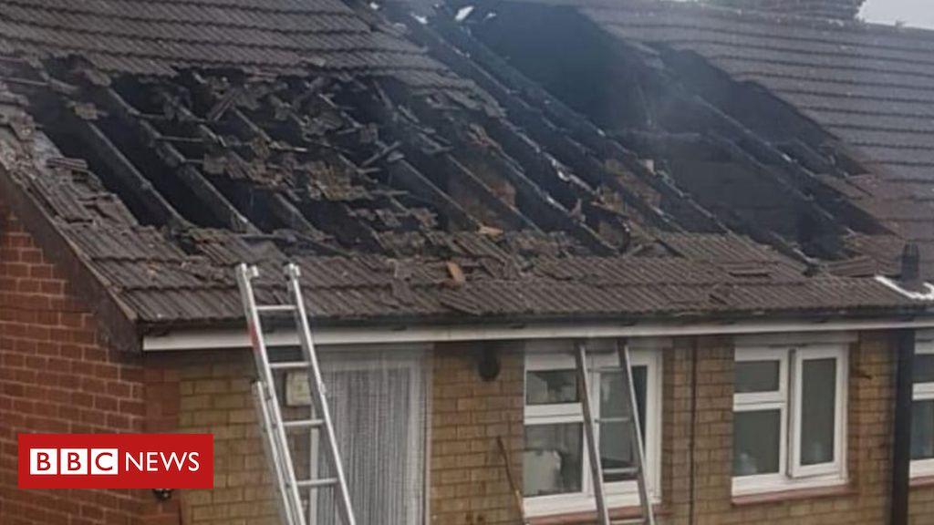 Familie Sandiacre, die sich des vom Nachbarn geretteten Blitzschlagdachfeuers nicht bewusst ist