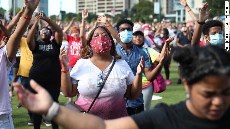 Menschen beten zusammen während einer Veranstaltung am 19. Juni im Centennial Olympic Park in Atlanta, Georgia.