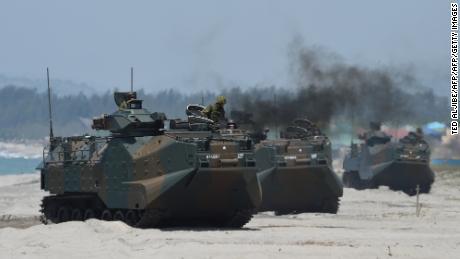 Japanische Bodenselbstverteidigungskräfte & # 39; Amphibien-Angriffsfahrzeuge landeten 2018 während einer Amphibienlandung auf den Philippinen am Strand.