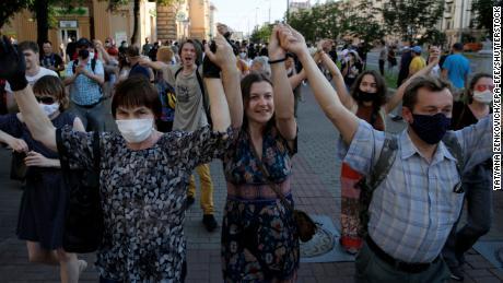 Während einer Kundgebung in Minsk am 19. Juni halten Demonstranten ihre Hände in der Luft.