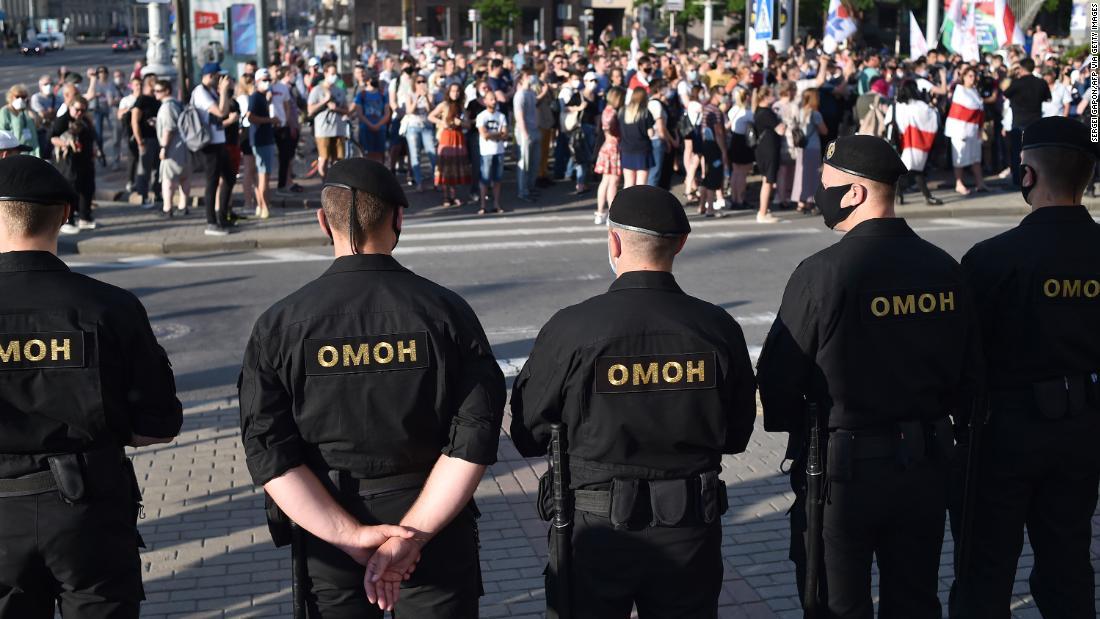 Der starke belarussische Mann sieht sich Massenprotesten gegenüber, nachdem er seine Hauptkonkurrenten inhaftiert hat