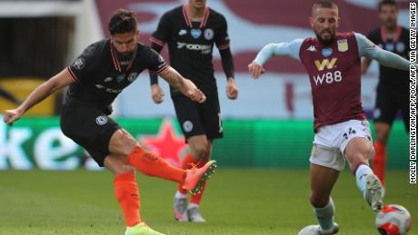 Der französische Stürmer von Chelsea, Olivier Giroud, erzielt das Siegtor seines Teams, als sein Schuss den Schuh des herausfordernden Conor Hourihane ablenkt und Orjan Nyland im Tor von Aston Villa besiegt.