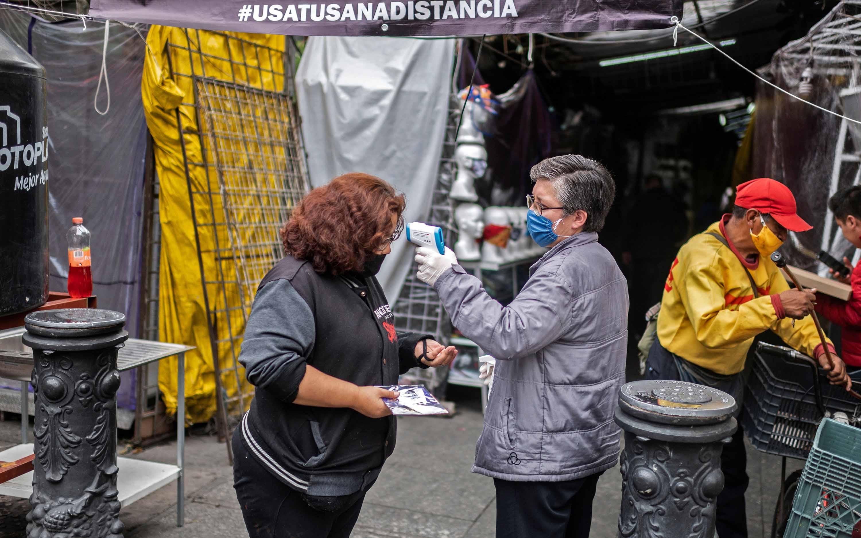 Eine Frau lässt am 22. Juni ihre Temperatur auf dem Iztapalapa-Markt in Mexiko-Stadt überprüfen.