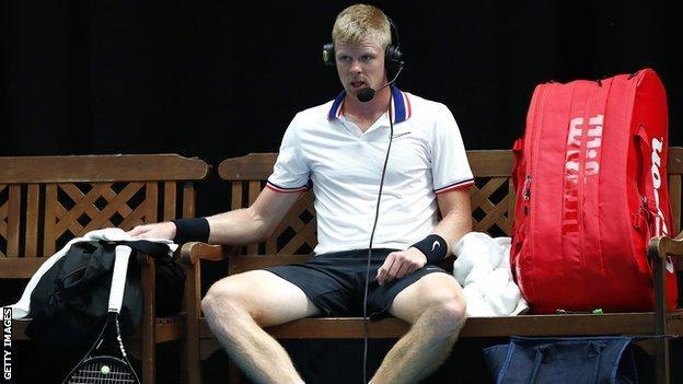 Kyle Edmund trägt ein Headset, um mit Fernsehkommentatoren zu sprechen