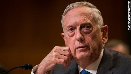 James Mattis fordert die Amerikaner nachdrücklich auf, Masken zu tragen, und sagt, dass das Virus nicht von alleine verschwindet. in Coronavirus PSA