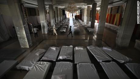 Ein Bankettsaal, der normalerweise für Hochzeiten genutzt wird, wurde in ein provisorisches Coronavirus-Krankenhaus umgewandelt, da die indische Hauptstadt in einigen Fällen Schwierigkeiten hat, eine Spitze einzudämmen.