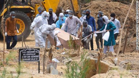 Eine Person, die an Covid-19 gestorben ist, wurde am 19. Juni auf dem Friedhof Jadid Qabristan Ahle Islam in Neu-Delhi, Indien, beigesetzt.