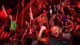 Fans feiern, dass Liverpool außerhalb von Anfield Premier League-Meister wird