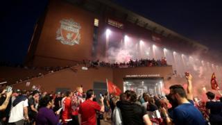 Liverpool-Fans feiern außerhalb von Anfield