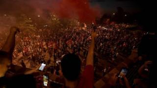 Fans feiern den Gewinn des Premier League-Titels in Liverpool