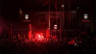 Fans feiern den Gewinn des Premier League-Titels in Liverpool außerhalb des Anfield-Stadions