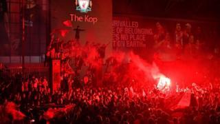 Eine Menge Liverpooler Fans vor The Kop feiern den Titelgewinn in der Premier League