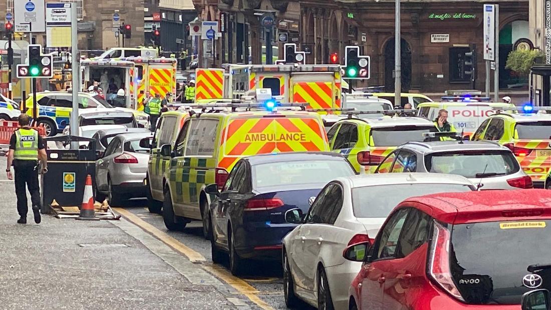 Die Polizei steigt in die Innenstadt von Glasgow ab, nachdem Berichten zufolge ein Polizist erstochen wurde