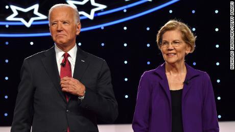 Biden und Warren kommen am 15. Oktober 2019 zur vierten demokratischen Primärdebatte der Präsidentschaftskampagne 2020 auf die Bühne, die von der New York Times und CNN gemeinsam an der Otterbein University in Westerville, Ohio, veranstaltet wird.