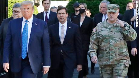 """General Mark Milley, Vorsitzender der gemeinsamen Stabschefs, hat seitdem seine Anwesenheit bei Trumps St. Johns Church Walk angerufen """"ein Fehler""""."""