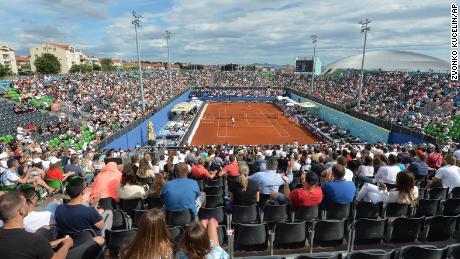 Zuschauer sahen sich am Sonntag, den 21. Juni 2020, Spiele bei der Adria Tour in Zahar, Kroatien an. Später an diesem Tag sagte Tennisspieler Grigor Dimitrov, er habe positiv auf Covid-19 getestet, was zur Absage der gesamten Adria Tour führte.