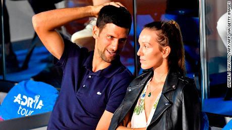 Der serbische Tennisspieler Novak Djokovic (L) spricht mit seiner Frau Jelena während eines Spiels bei der Adria Tour, dem Balkan-Charity-Tennisturnier von Novak Djokovic am 14. Juni 2020 in Belgrad.