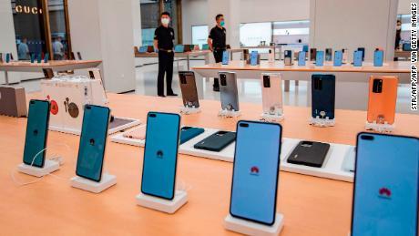 Smartphones werden vor der Eröffnung in Shanghai in diesem Monat in einem Huawei-Geschäft ausgestellt.