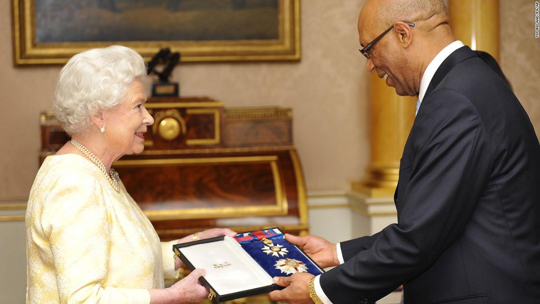 """Jamaikas Generalgouverneur setzt die persönliche Verwendung königlicher Insignien wegen """"beleidigenden Images"""" aus."""