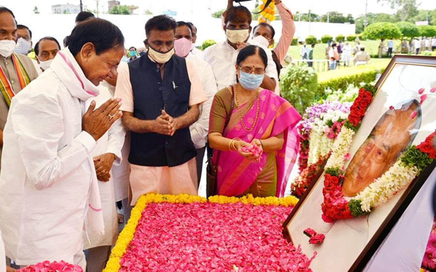K Chandrashekar Rao paying tributes to former PM Late PV Narasimha Rao on Sunday