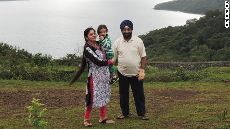 Lakhjeet Singh, 68, wurde positiv auf Covid-19 getestet, konnte jedoch kein Krankenhaus finden, um ihn aufzunehmen. Er ist mit seiner Tochter und Enkelin abgebildet.