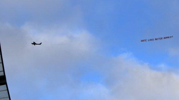 Burnley verurteilt nachdrücklich das Banner, das vor dem Spiel in Man City über dem Etihad-Stadion geflogen wurde