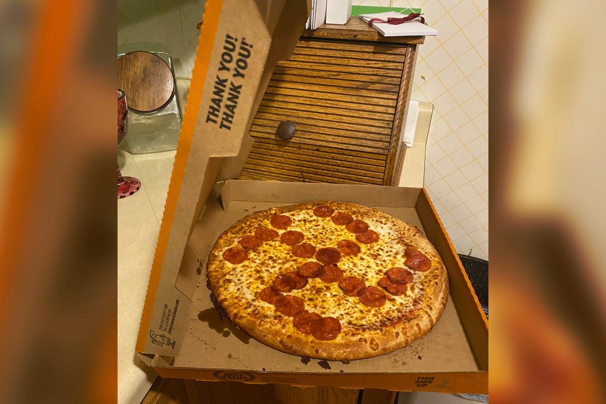 Das Ehepaar aus Ohio findet ein Hakenkreuz aus Peperoni auf Pizza