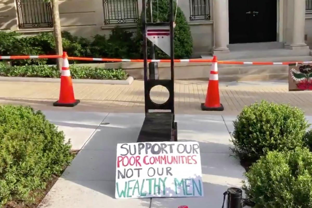 Demonstranten stellten Guillotine vor Jeff Bezos 'DC-Haus auf