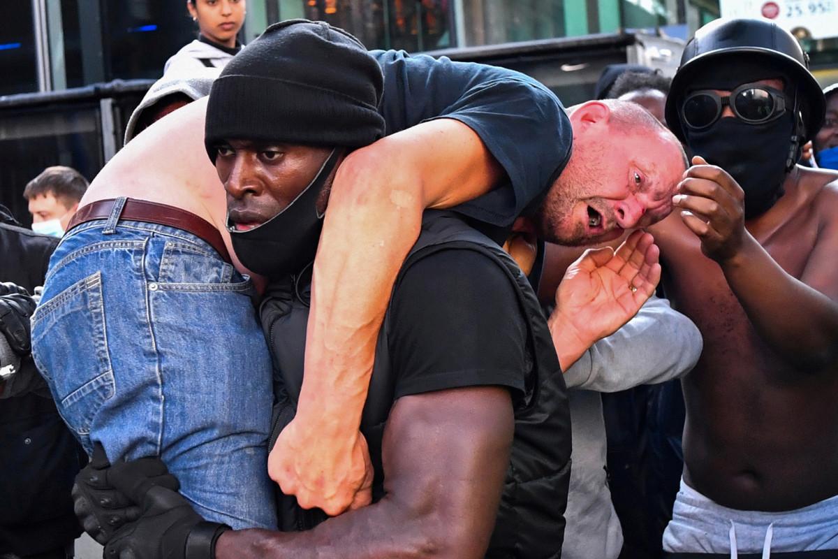 Der weiße Gegenprotestierende erholt sich, nachdem er vom BLM-Demonstrator gerettet wurde