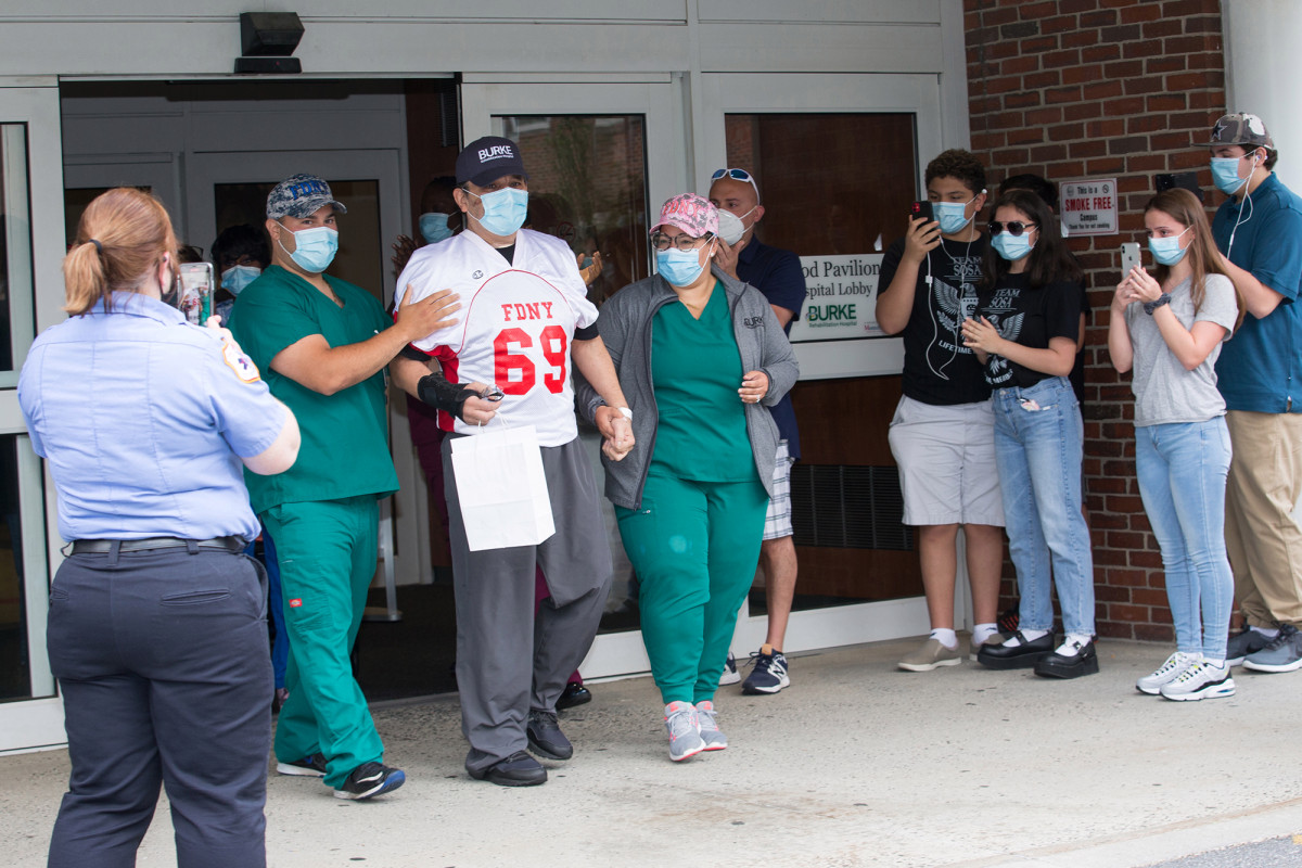 FDNY-Kapitän nach Coronavirus-Kampf aus dem Krankenhaus entlassen