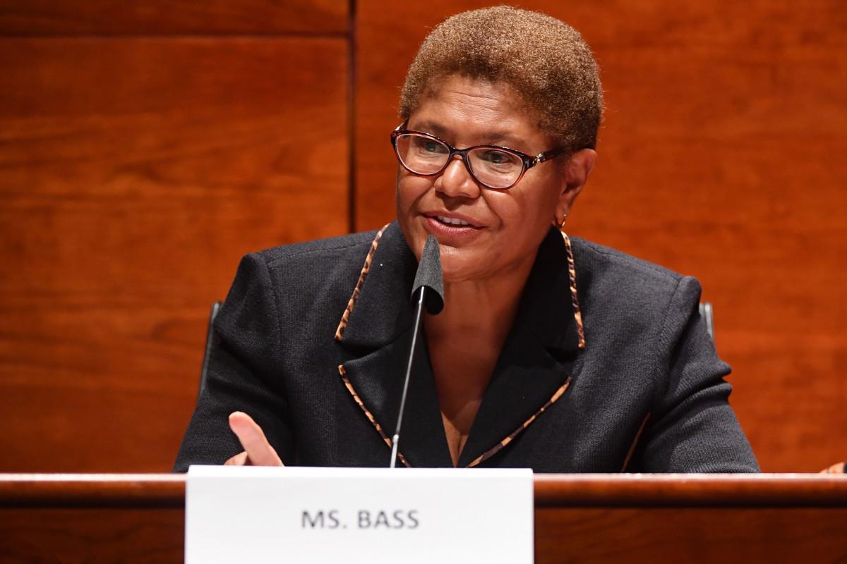 Joe Biden bittet Rep. Karen Bass, sich einem VP-Überprüfungsprozess zu unterziehen: Bericht