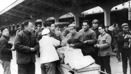 Chinesische Reisende kaufen ihr Frühstück 1975 bei einem Straßenhändler am Bahnhof Chunghow. Ministerpräsident Li Keqiang hat vorgeschlagen, dass weitere Straßenhändler dazu beitragen könnten, eine drohende Beschäftigungskrise zu beheben.