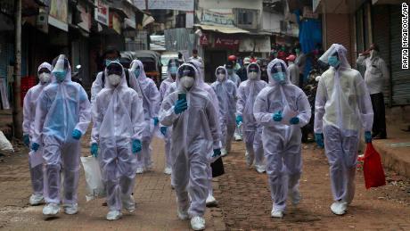 Gesundheitspersonal kommt am 28. Juni in einem medizinischen Lager in einem Slum in Mumbai, Indien an