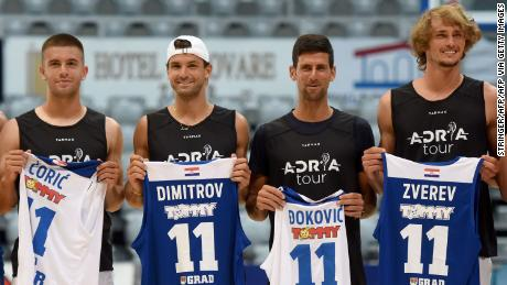 Borna Coric, Grigor Dimitrov, Novak Djokovic und Alexander Zverev (von links nach rechts) posieren für einen Gruppenschuss vor einem Basketballspiel in Zadar, Kroatien.