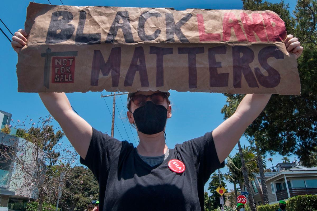 Öffentliche Angestellte zerstören angeblich das Schild Black Lives Matter