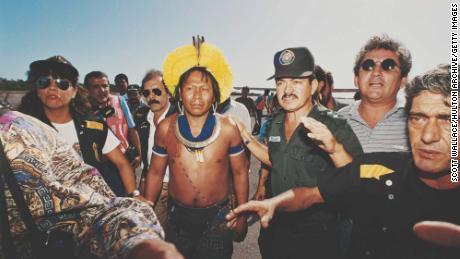 Paiakan mit der brasilianischen Polizei im Jahr 1992 abgebildet.