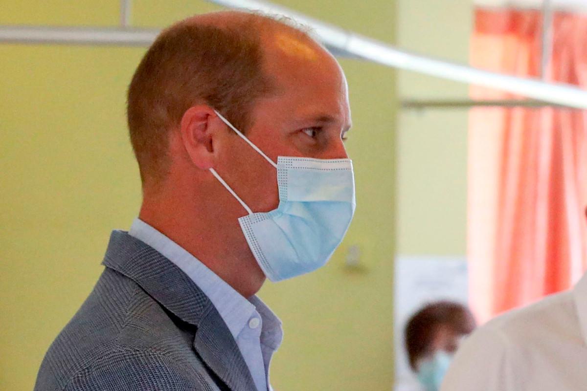 Prinz William trägt eine Maske und eine Schutzbrille für das Impfstofflabor in Oxford