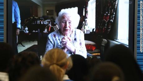 Vera Lynn Skypes mit Schülern ihrer ehemaligen Schule in Ost-London, Brampton Primary, an ihrem 100. Geburtstag.