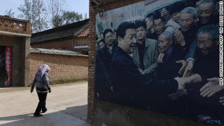 Dieses im September 2017 aufgenommene Foto zeigt eine Werbetafel mit einem Foto des chinesischen Präsidenten Xi Jinping, der die Bewohner des Dorfes Zhangzhuang in Lankao in der zentralen chinesischen Provinz Henan besucht.