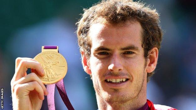 Andy Murray zeigt seine Goldmedaille 2012 in London