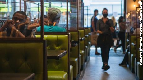 Essen drinnen oder draußen: Welche Restauranttische sind sicherer?