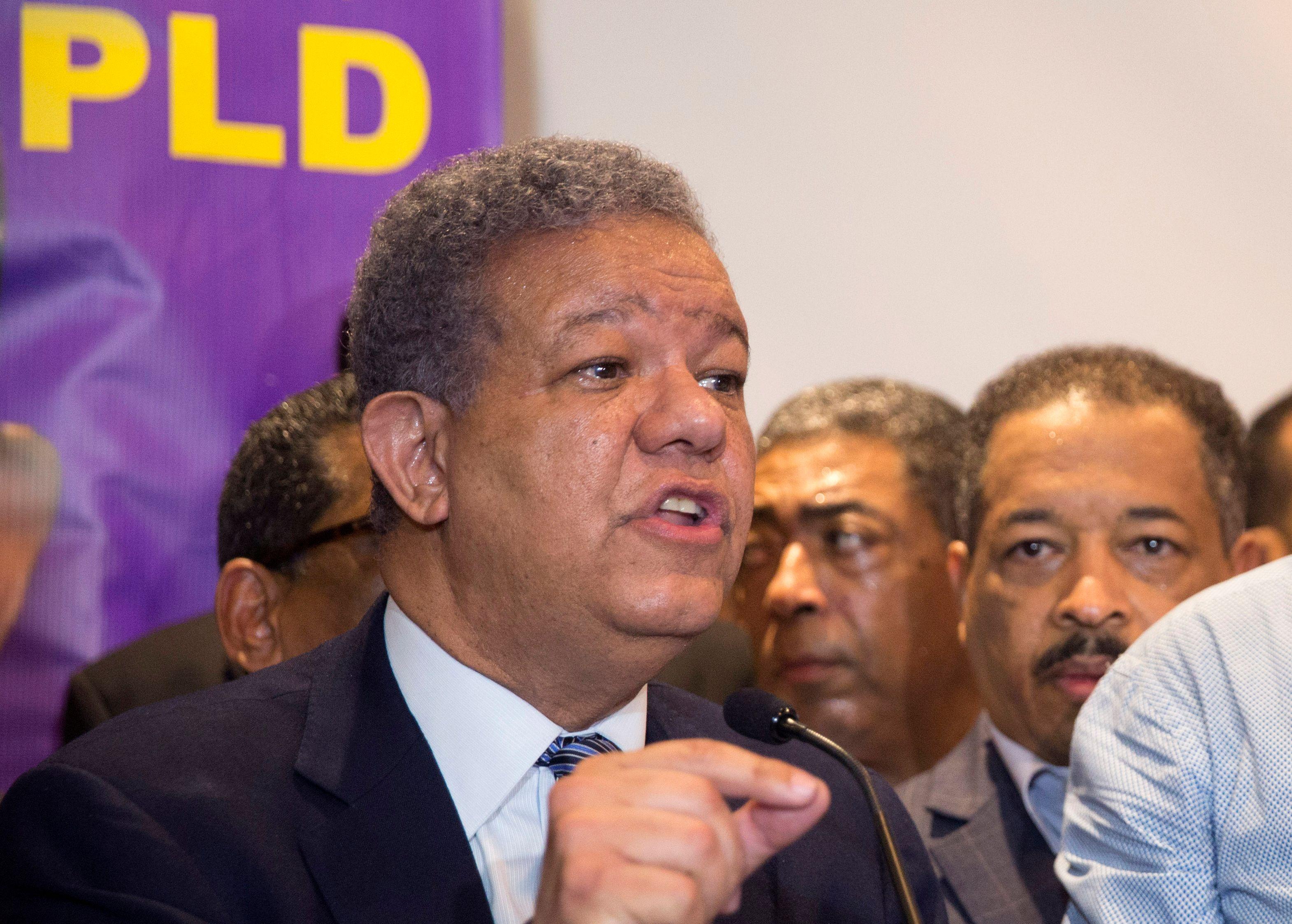 Leonel Fernandez spricht auf einer Pressekonferenz