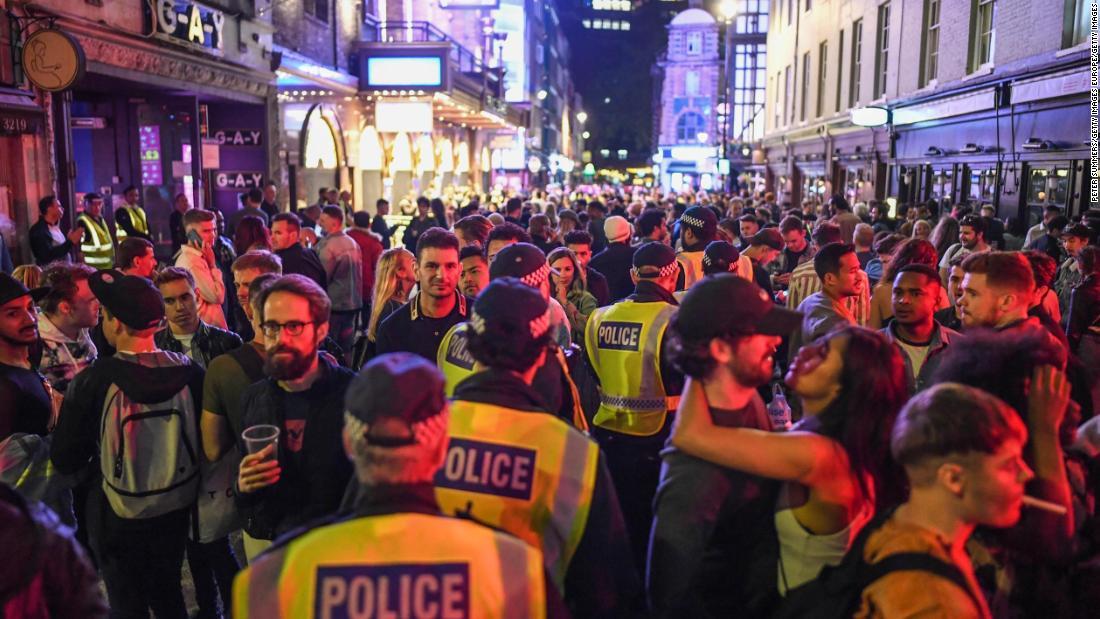 In ganz England werden die Pubs wieder geöffnet, da der Polizist vor mangelnder sozialer Distanzierung warnt